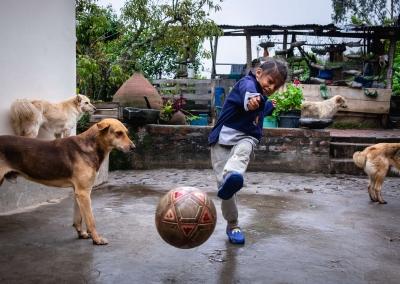 Girl-playing-football-ecuador
